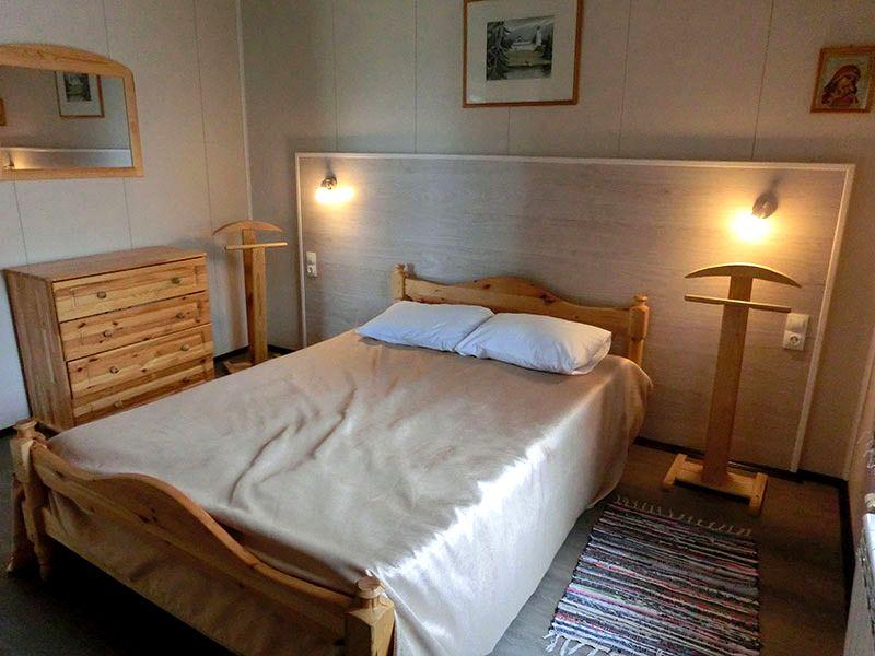 Шумоизоляцию в спальне можно скрыть за мягкой обивкой стен