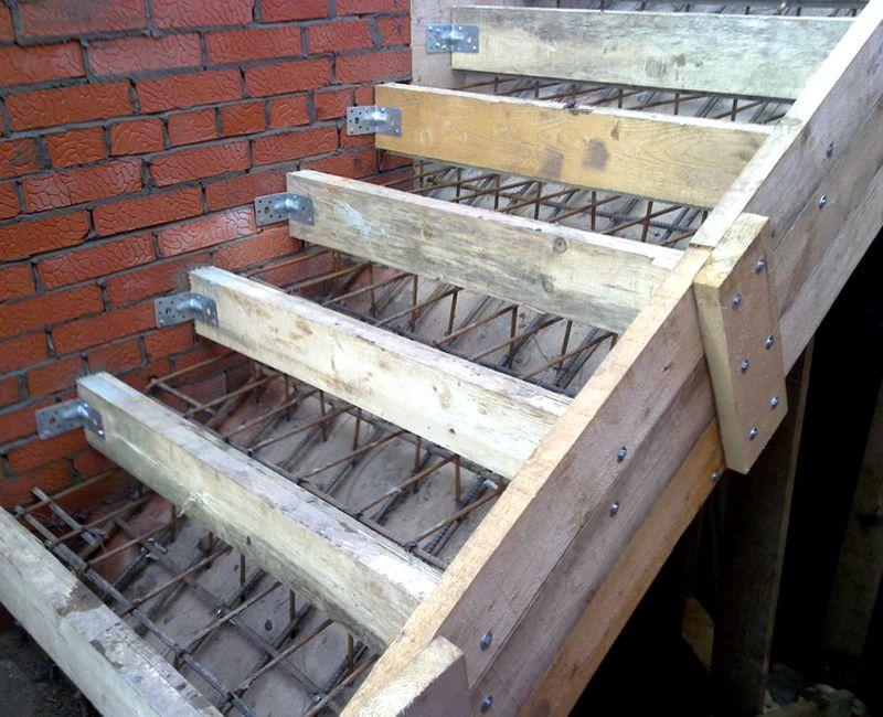 Для создания железобетонной лестницы используют сложную опалубку