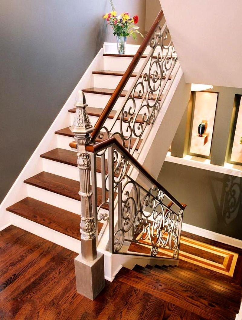 Окружение такой лестницы должно соответствовать ее внешнему виду. Уместными являются картины в багетных рамах, лепнина, иные элементы изысканного стиля