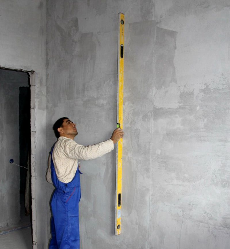 Для точной проверки используют строительный уровень.