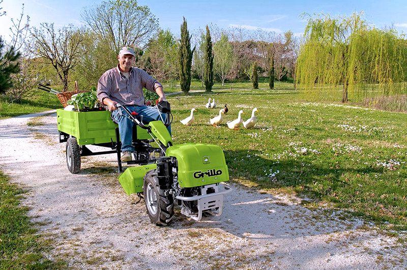 На мотоблоке с прицепом можно перевозить тяжелые и крупногабаритные грузы на большие расстояния