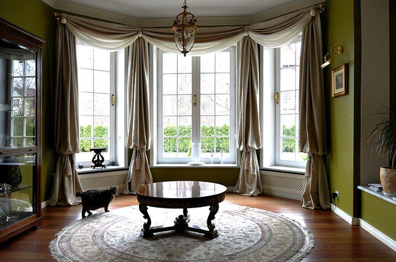 Габаритные окна декорируются шторами. Такое оформление характерно для классических интерьеров