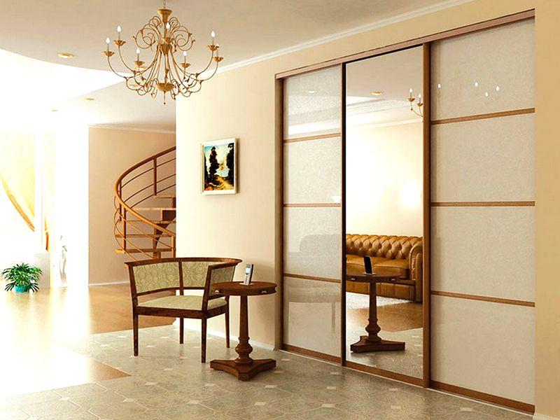 Если прихожая объединена с гостиной, внешний вид шкафа должен соответствовать общему стилю интерьера