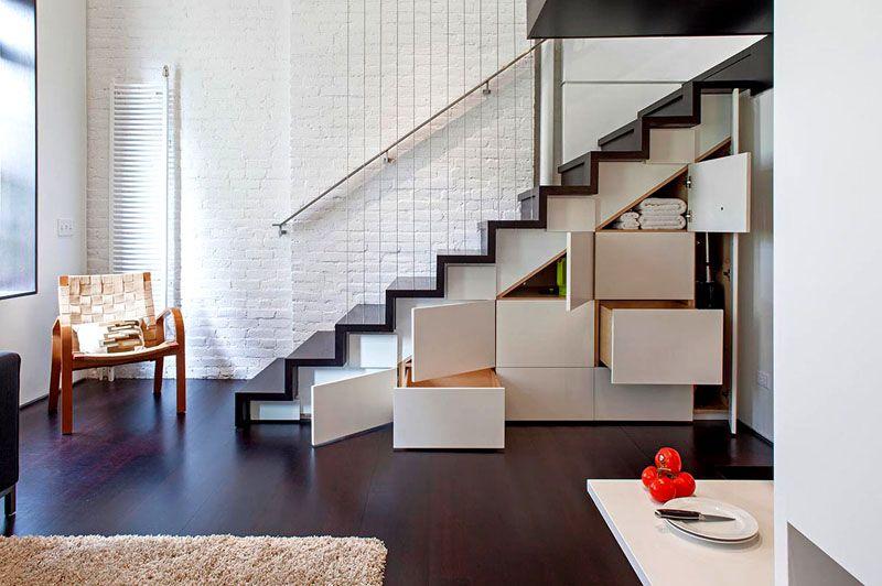 Под лестницей достаточно свободного пространства для установки корпусной мебели