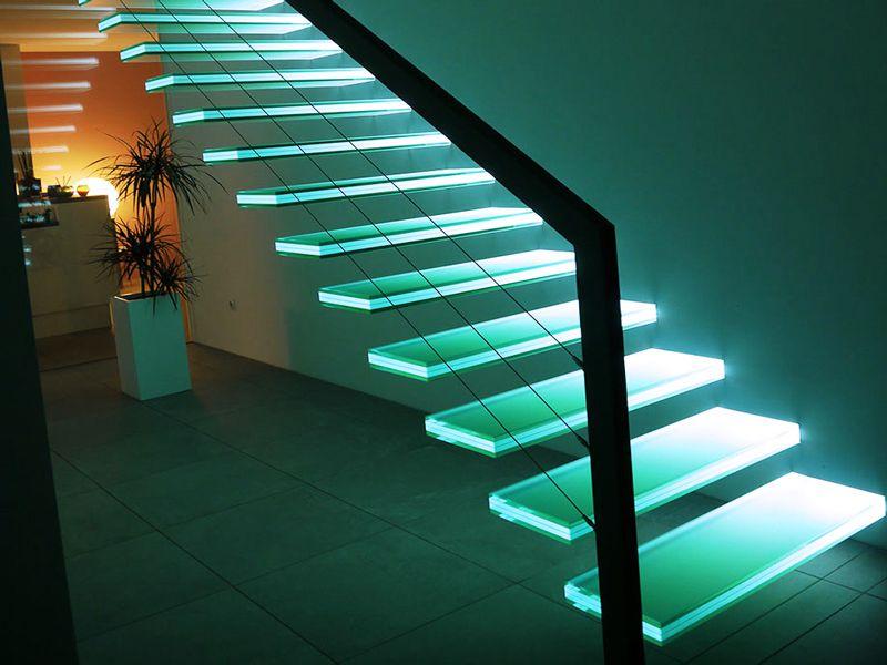 Стеклянные ступени с внутренней подсветкой