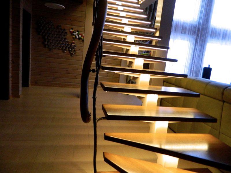 В ленточном варианте исполнения светодиоды создают равномерный световой поток