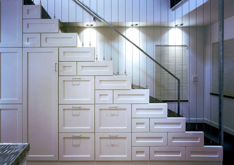 Светильники можно установить над лестничными маршами