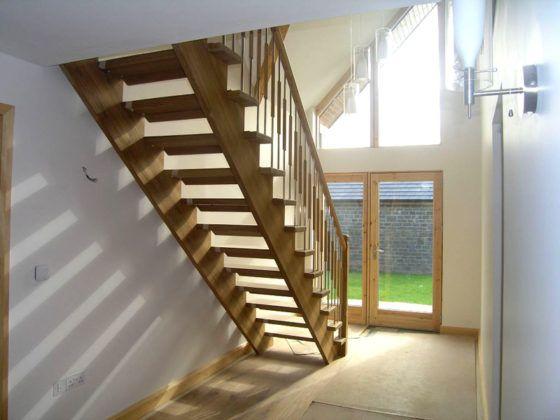 В этом варианте каждая ступень закреплена в двух местах. Это позволяет использовать менее массивные опоры, создавать легкие прочные конструкции