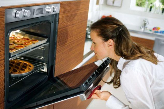 При слишком высоком размещении духовки работать с ней неудобно