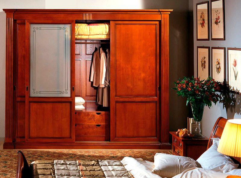 Шкаф из массива выглядит солидно, но стоит он дорого