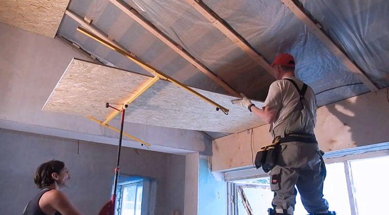 Для закрепления ДСП на потолок потребуется несколько человек
