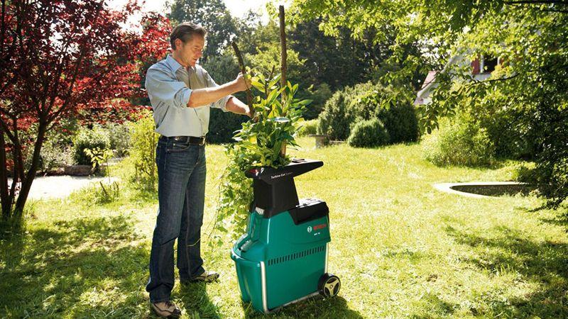 Измельчитель переработает даже крупные ветви садовых деревьев