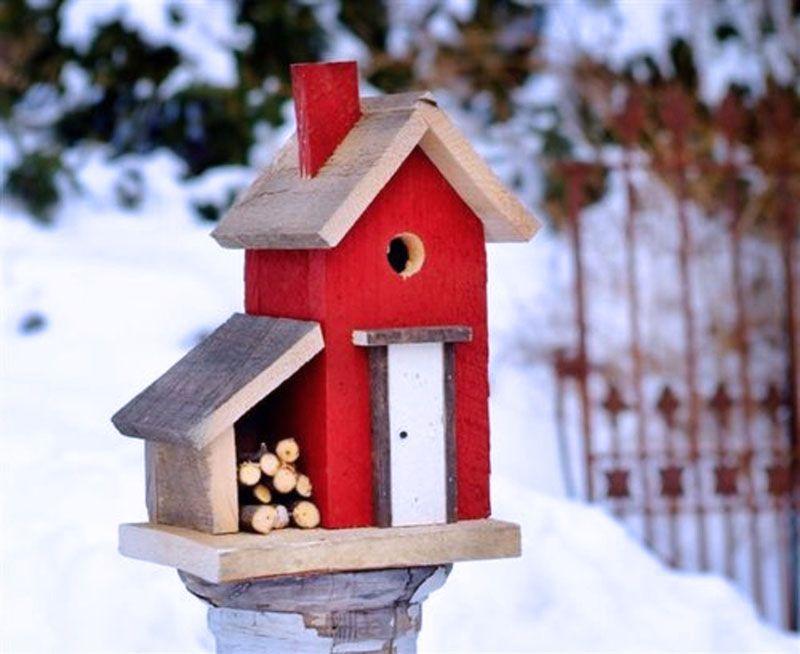 Птичий домик на столбе