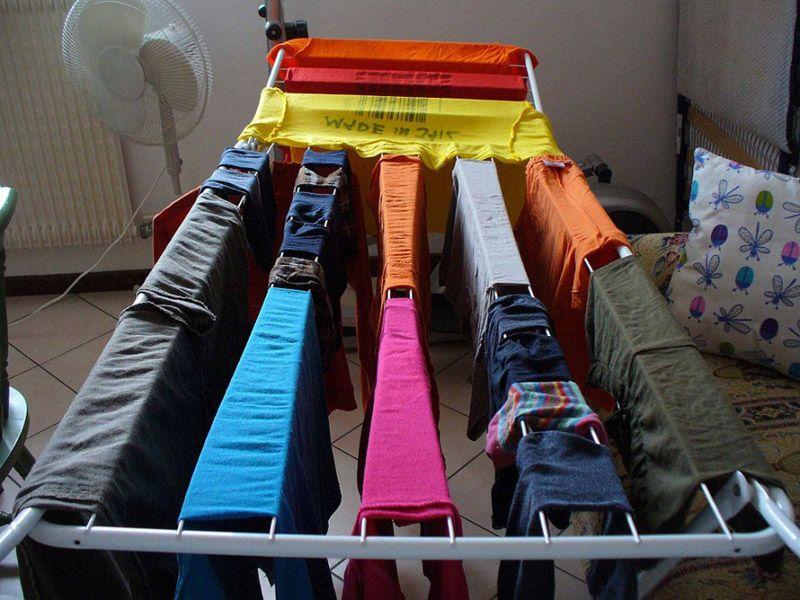 Для сушки одежды можно использовать специальные приспособления в виде вешалок