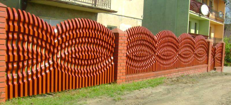 Умельцы вырезать по древу создают настоящие шедевры на своих участках
