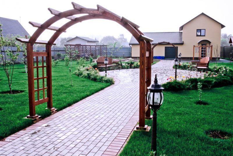 Подобную арку можно украсить вьющимися растениями