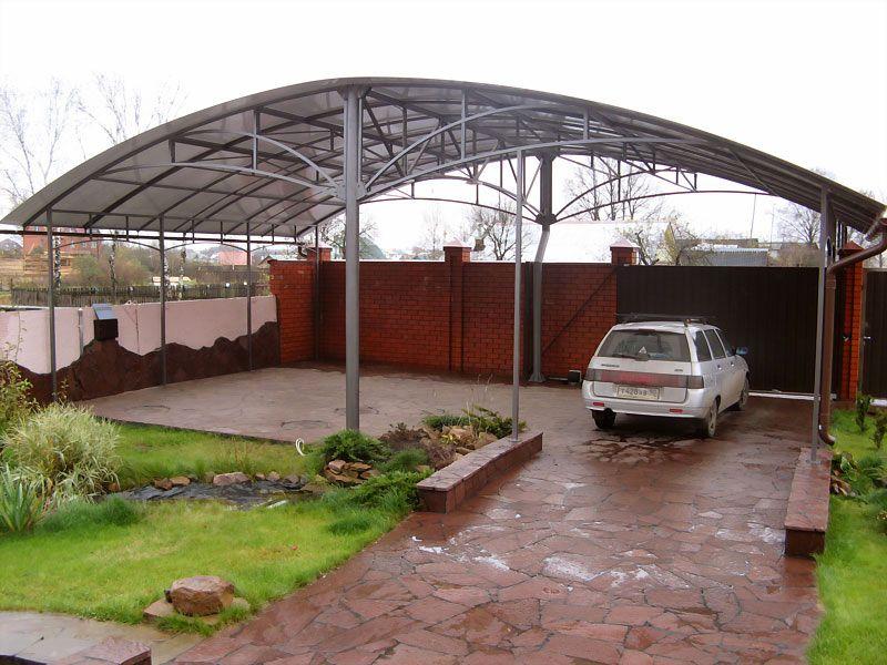 Поликарбонат является отличным материалом для создания любых навесных сооружений. В данном случае его используют для покрытия большого участка дворовой зоны