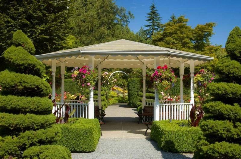 Роскошный сад с беседкой