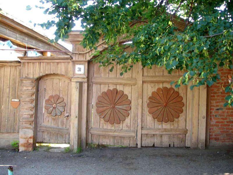 Красивые ворота можно сделать из разных материалов