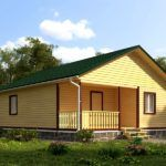 Деревянный домик с крыльцом