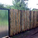 Деревянное ограждение может полностью скрыть участок