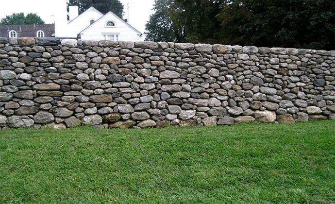 Если умеете делать кладку и на участке много камней, можно самостоятельно выложить забор