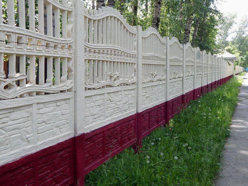 Красиво покрашенный забор из бетонных плит