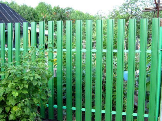 Недорогой металлический забор с большим зазором