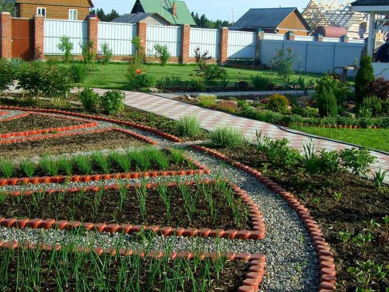 С помощью удачного оформления можно создать прекрасный внешний вид дворовой территории