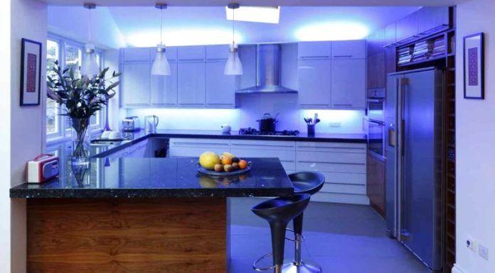 Умелая работа с подсветкой способна преобразить не слишком выразительный интерьер