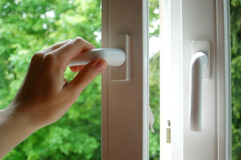 Подтянуть крепление дверной или оконной ручки можно самостоятельно