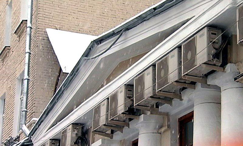 Установка техники на фронтонах исторических строений запрещена. В труднодоступных местах сложно выполнять осмотр, регламентное обслуживание и ремонт без больших затрат