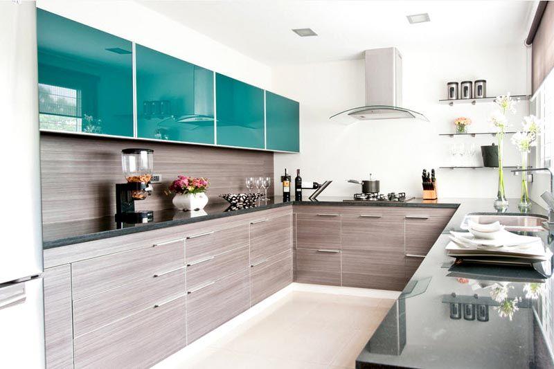 Фото угловой кухни. Дизайн создан с учетом трендов 2017 г.: дерево, строгий стиль, выразительные цветовые элементы, растения