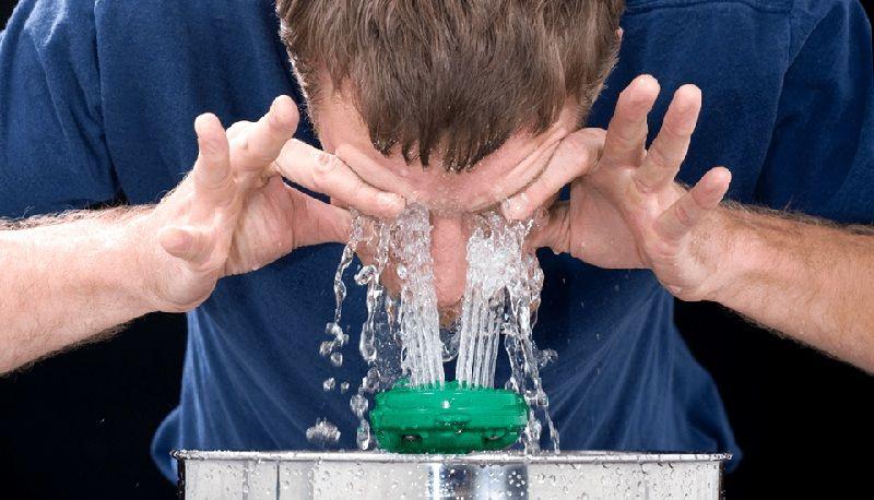 Промывка водой быстро удалит клей в подобных ситуациях