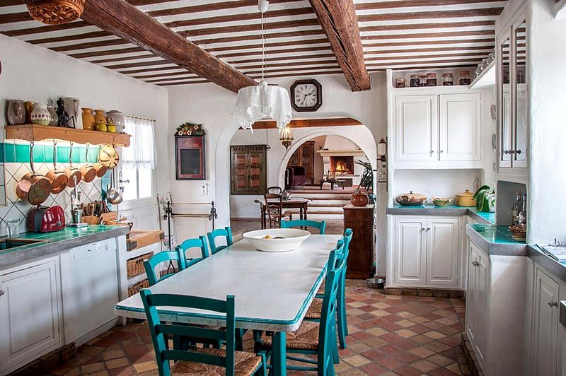 Фото кухни в стиле кантри. В малогабаритной квартире сложно найти площадь,достаточную для размещения характерных элементов