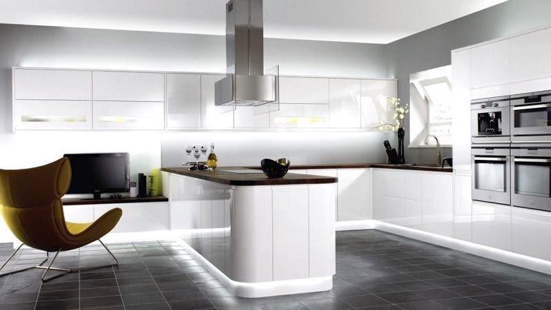 Особая модель кресла, уникальная вытяжка: фото интерьера кухни в стиле хайтек