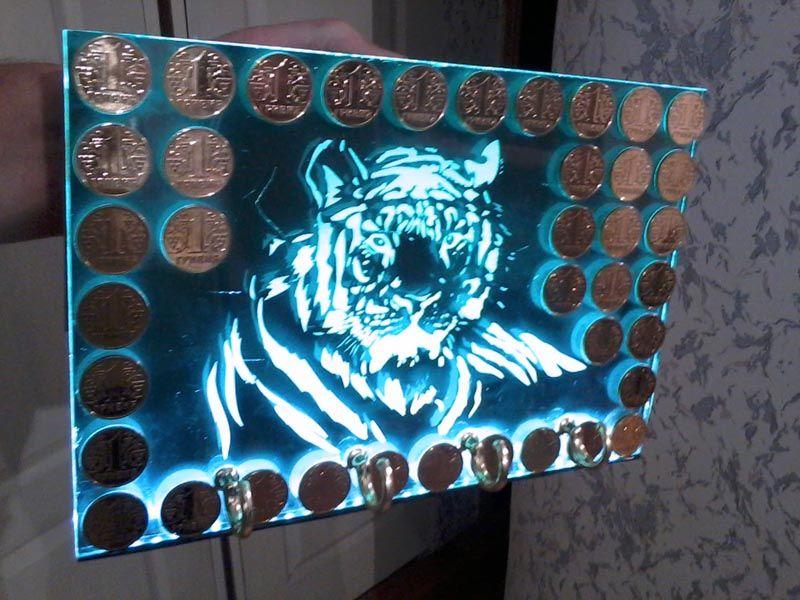 Ключница из стекла с подсветкой. Рисунок создан с применением пескоструйных технологий. Декоративные украшения, монеты, приклеены к поверхности