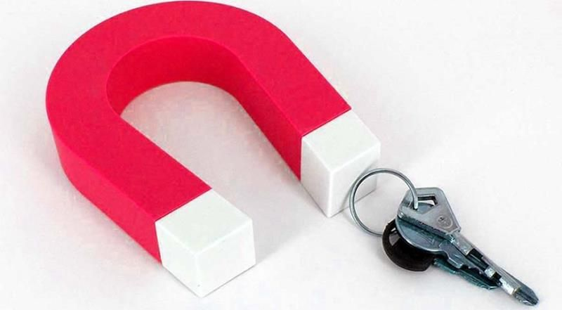 Для фиксации связки металлических изделий в этой конструкции установлен магнит. Если окрасить корпус краской с фосфорным наполнителем, можно обеспечить видимость ключницы в темноте без электрической подсветки