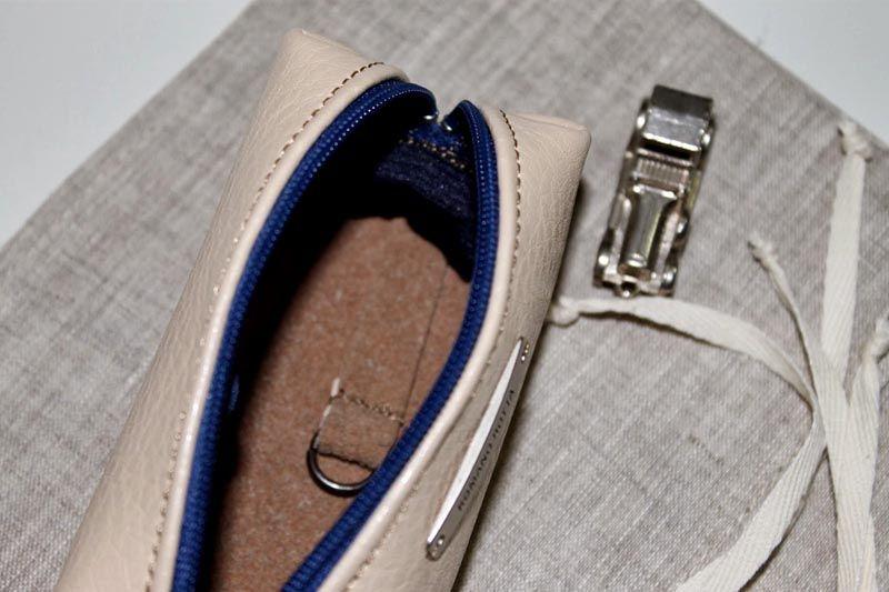 Простейший вариант, изготовить изделие в виде миниатюрной сумочки с застежкой