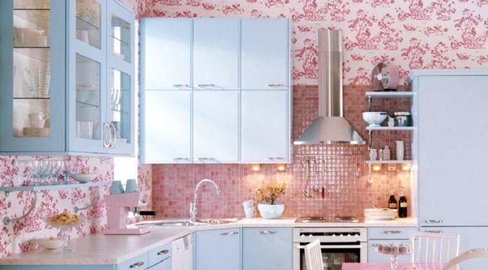 Голубую кухню в интерьере можно дополнить нежным розовым декоративным оформлением