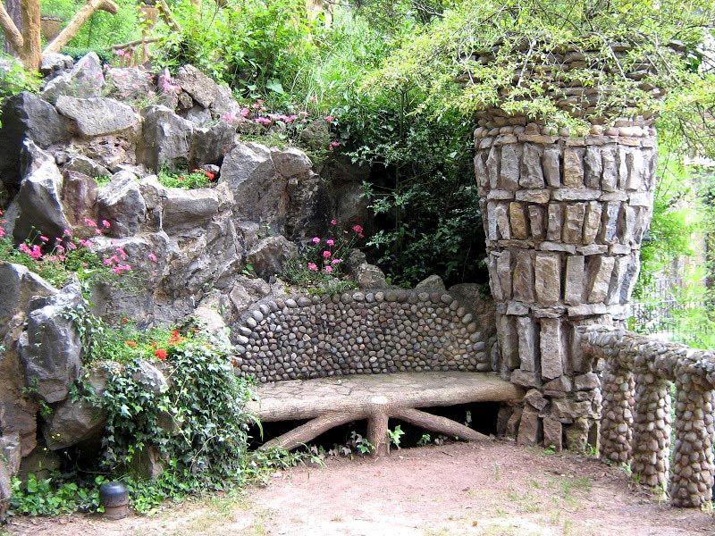 Ландшафт, в который отлично вписывается скамья из камня