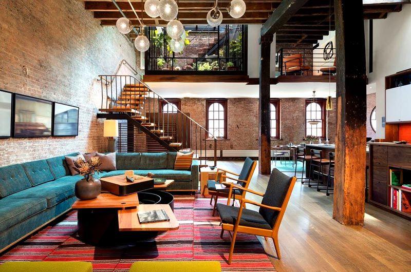 Лестница и балкон посреди комнаты выглядят очень стильно