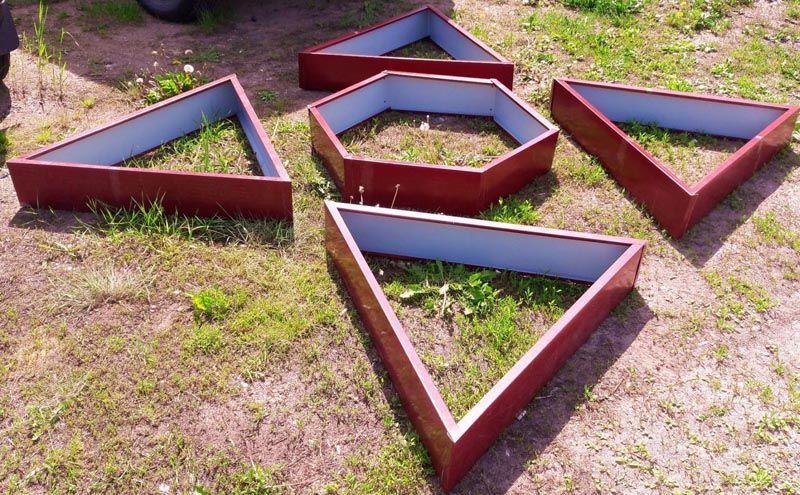 Грядки в сборе могут иметь самые разные формы. Из отдельных элементов составляются любые геометрические фигуры