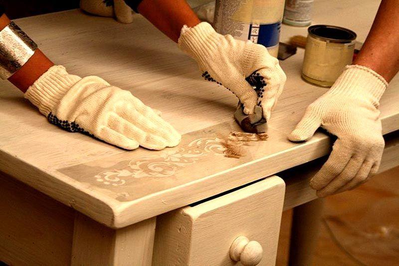 Поверхность можно украсить узорами, используя шаблоны, а затем покрыть лаковым раствором
