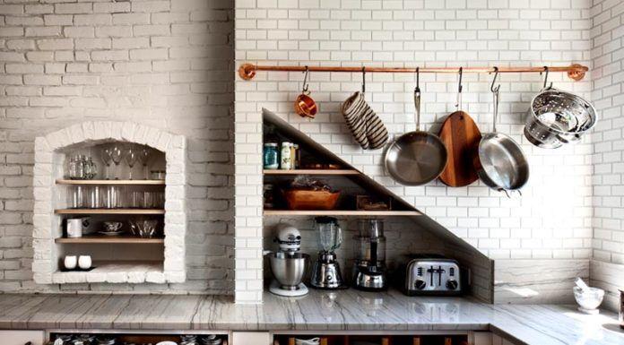 Это фото рейлингов для кухни в интерьере демонстрирует гармоничное сочетание функциональности и внешнего вида