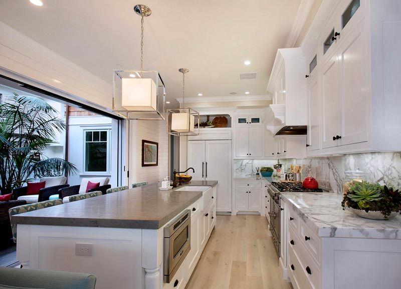 Фотография оформления кухни в частном доме с выходом на террасу