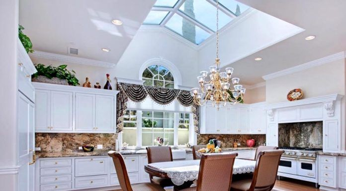 Окно в потолке обеспечивает хорошую освещенность обеденного стола днем. Вечером при ясном небе «автоматически» создаются подходящие условия для романтического ужина