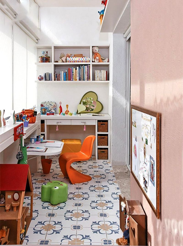 На балконе можно обустроить игровую зону, а также разместить уголок для учебы со столиком и полками