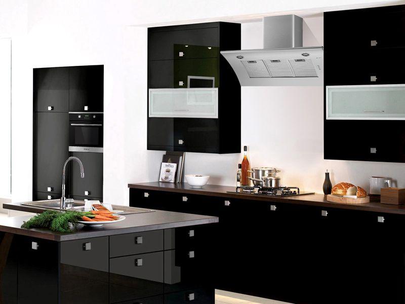 Белая вытяжка на черной кухне – идеальный контраст