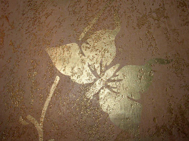 Интересный рисунок на «короеде» делается при помощи трафарета